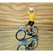 Figurine cycliste : maillot jaune, bras levés