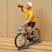 Figurine cycliste : maillot jaune à la gourde