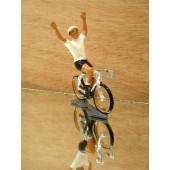 Figurine cycliste : maillot blanc du vainqueur du tour d'Allemagne, bras levés
