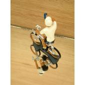 Figurine cycliste : maillot blanc du vainqueur du tour d'Allemagne, à la gourde