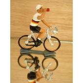 Figurine cycliste : maillot allemand buvant à la gourde