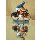 Figurine cycliste : cyclorandonneur au vélo rouge et maillot bleu