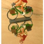 Figurine cycliste : cyclorandonneur au vélo vert et maillot rouge